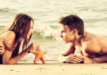 6 βήματα για να φλερτάρεις στην παραλία