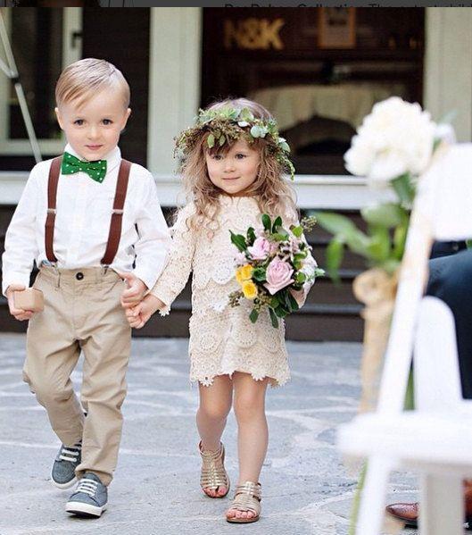 9e91d3eb67c Μην μπείτε στον πειρασμό να τους φορέσετε τα ίδια ρούχα με τις κυρίες των  τιμών (αν έχετε). Τα μικρά κοριτσάκια θέλουν να είναι μοναδικές.
